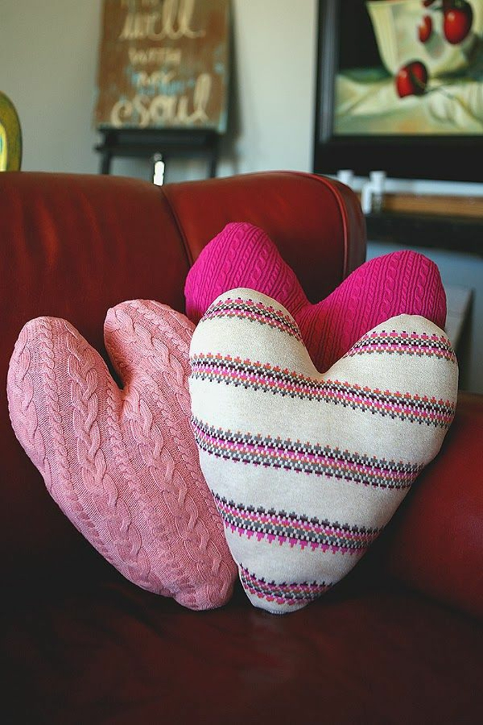 cojines decorativos en forma de corazón, como sorprender a tu novio el 14 de febrero, ideas para decorar la casa
