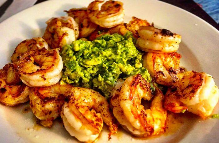 gambas con salsa de aguacate machacado, las mejores ideas de entrantes y aperitivos keto en fotos, alimentos cetogenicos
