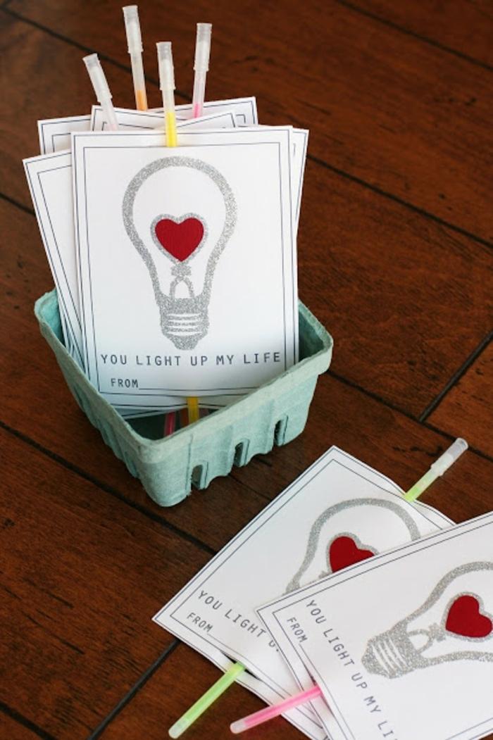 tarjetitas de amor con bombillas, tu enciendes mi corazon, diseñar tarjetas originales, ideas para sorprender a tu pareja