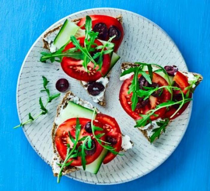 bocadillos con tomates, pepinos, queso de cabra, rucola y aceitunas negras, comidas saludables y ricas para preparar en casa
