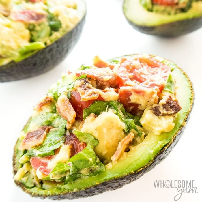 aguacate relleno con tocino, tomates uva, ideas de alimentos cetogenicos para cenas saludables y ligeras, fotos de comidas