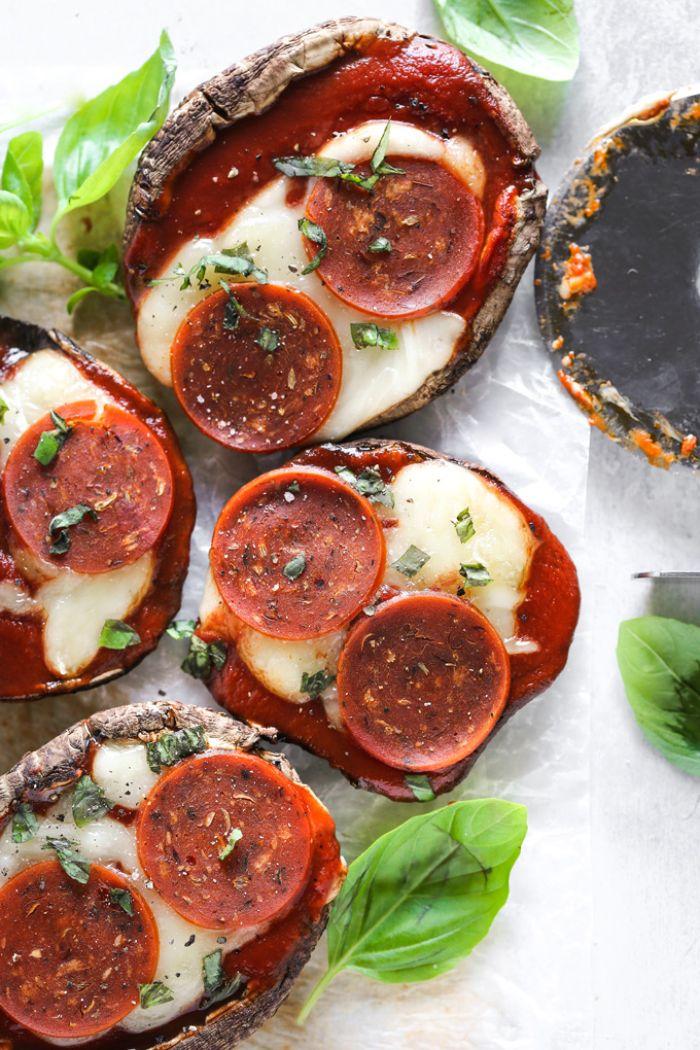 champiñones rellenos con salsa de tomates, queso hundido y chorizo, recetas ligeras y rica para cenas saludables keto