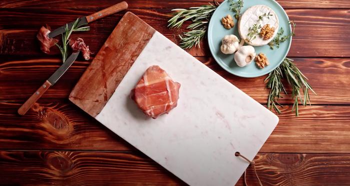 queso brie envuelto con lonchas de jamon romero miel ideas de aperitivos y entrantes originales