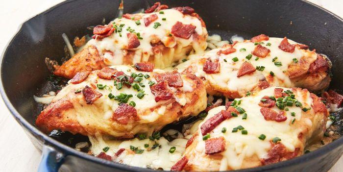 pechuga de pollo en sartén con quesos derretidos y tocino, ideas de recetas para preparar en casa con pollo, fotos de recetas