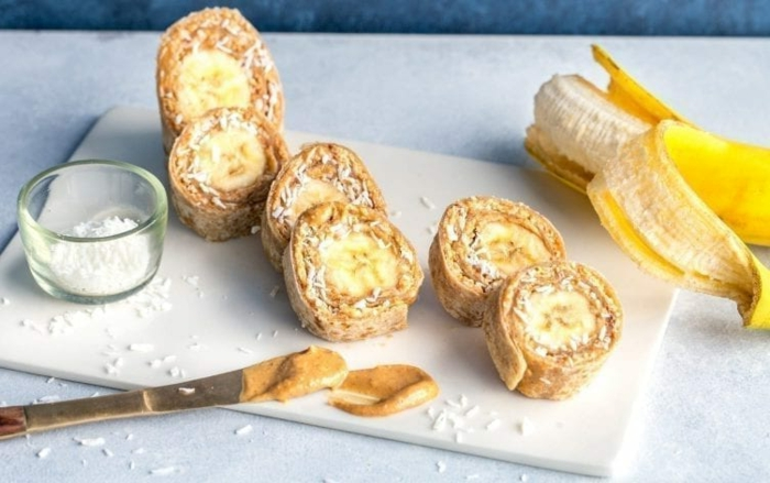 como hacer sushi de platanos con crepes, plátanos y ralladura de coco, recetas de postres apetitosos y saludables en casa