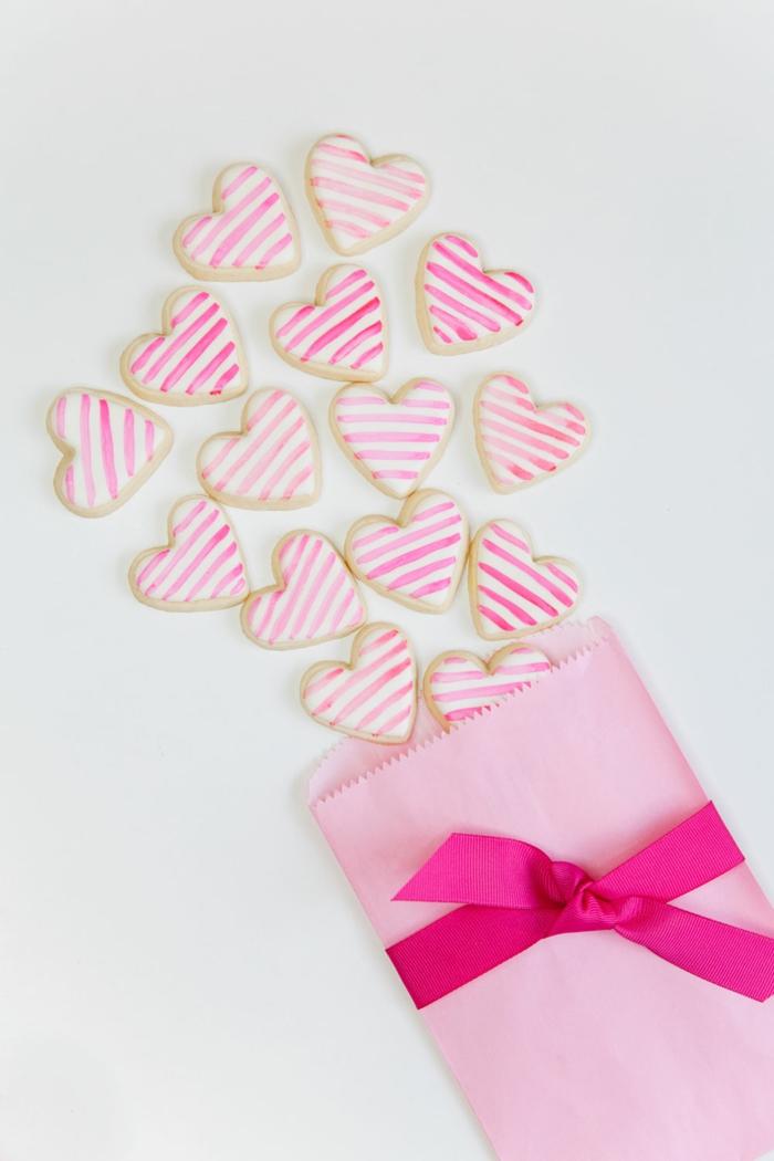 sobre lleno de galletas decoradas glaseado blanco decoracion para san valentin, ideas de detalles para san valentin