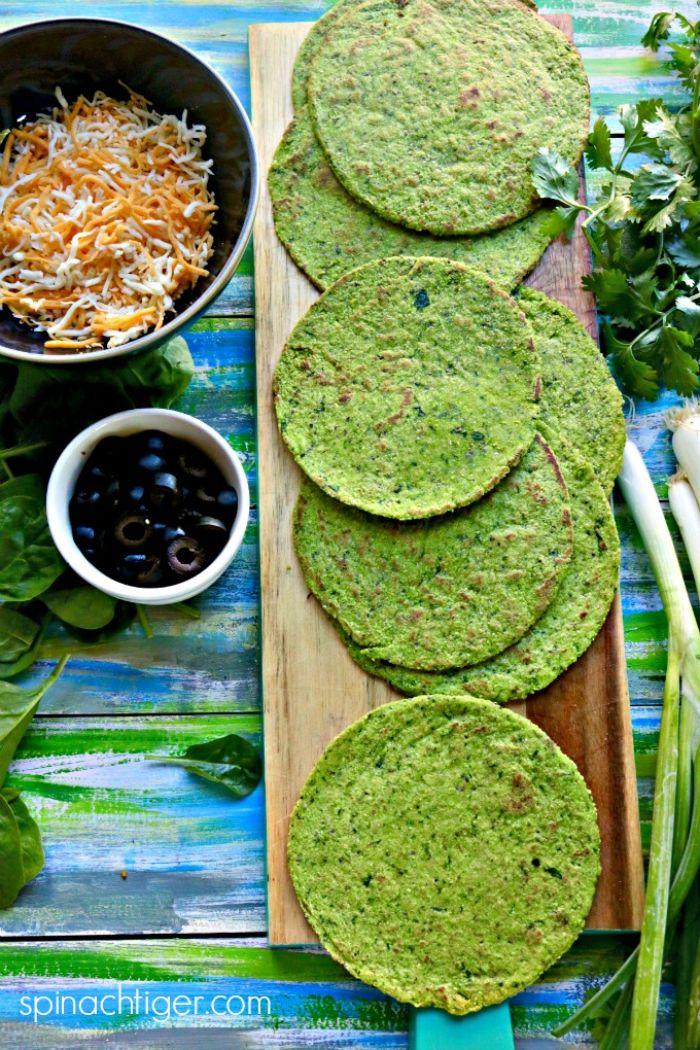 tortillas verdes con espinacas y cebolla, ideas de tortillas con quesos rallados y aceitunas verdes, fotos de comidas