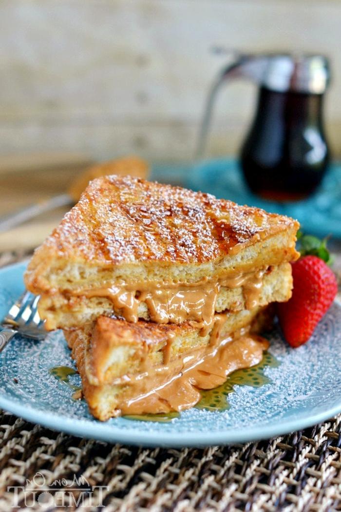 las mejores ideas de desayunos san valentin para hacer en casa, tostadas francesas con mantequilla de mani y azucar en polvo