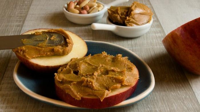 rebanadas de manzana con manteca de cacahuetes casera, originales ideas de desayuno tardio saludable en imagenes