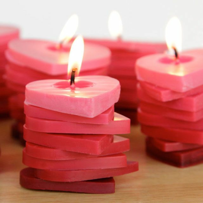 románticas ideas para una noche de San Valentín, velas en forma de corazón bonitas con aroma, propuestas sobre como sorprender a tu novio