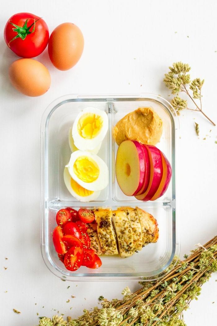 comidas para llevar al trabajo ricas y fáciles de hacer, pollo asado al horno con orégano, huevos duros, tomates uva y manteca de mani