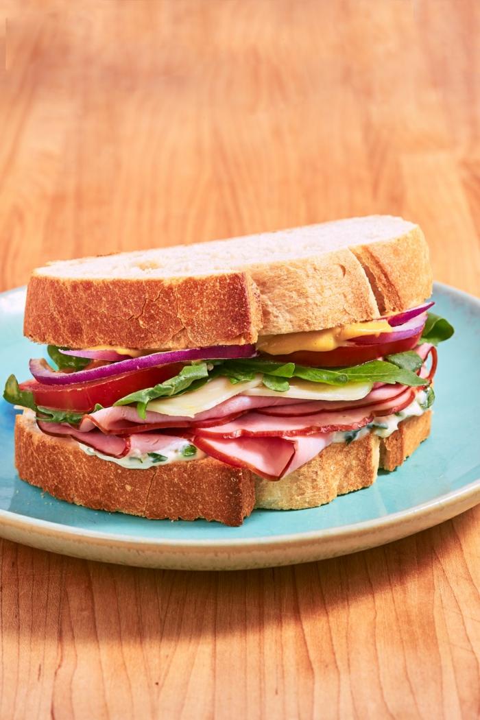 ideas de comidas para llevar al trabajo fáciles y rápidas, bocadillo con queso, jamón y verduras, fotos de comidas para la oficina
