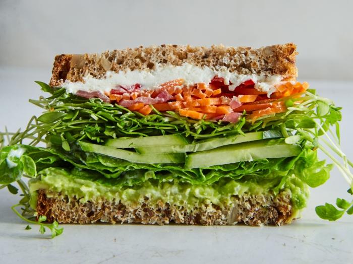 bocadillo con verduras, crema de queso, aguacate y jamón, ideas para comer originales y fáciles de hacer en casa