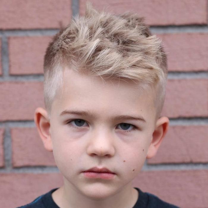 flequillo texturizado pelo rubio, ideas de cortes de pelo originales y bonitos, fotos de cortes de pelo para niños