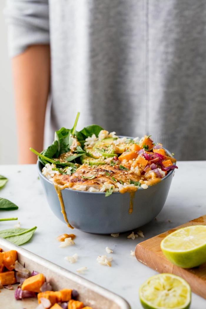 geniales ideas de comidas para llevar al trabajo, bol con verduras, batatas y pollo, las mejores ideas de platos con pollo