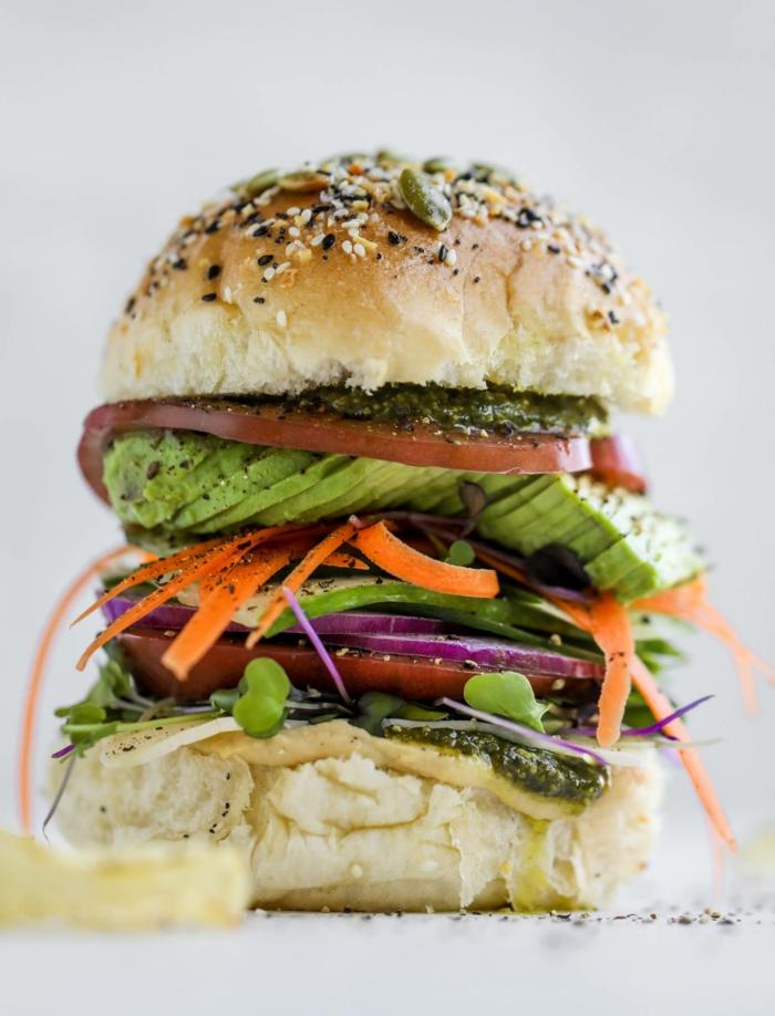 ideas de comidas frias para llevar a la oficina, hamburguesa vegana con aguacate, tomates, pesto, ideas de recetas
