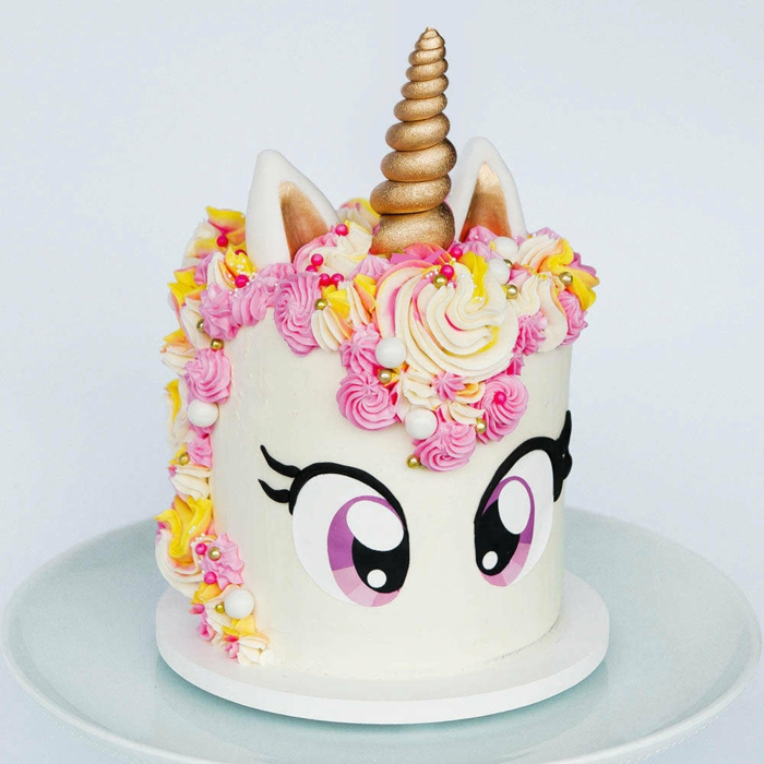 como preparar una tarta unicornio paso a paso, ideas para hacer tarta de unicornio fáciles y rápidas, tarta con cuerno de azucar en dorado