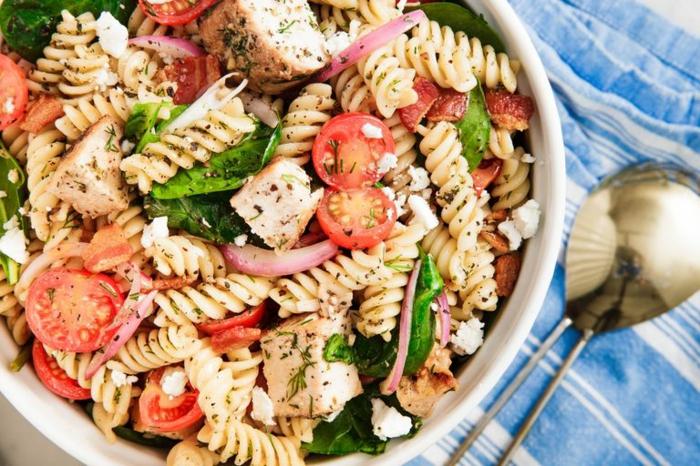 rica ensalada con pasta, espinacas baby, tomates uva y pesto, comidas para llevar al trabajo ricas y nutritivas en fotos