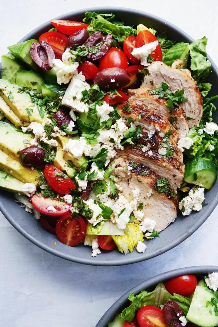 fotos de ensaladas ricas y nutritivas, ensalada con pollo, aguacate, aceitunas y queso blanco, comidas para llevar al trabajo