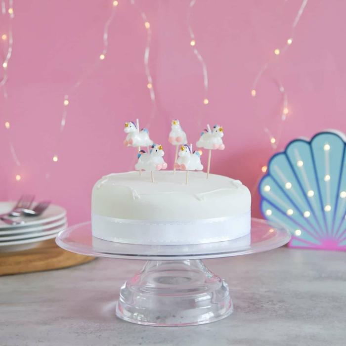 como decorar una tarta casera para un cumpleaños infantil, tarta blanca con figuras decorativas unicornio, ideas de tarta de unicornio