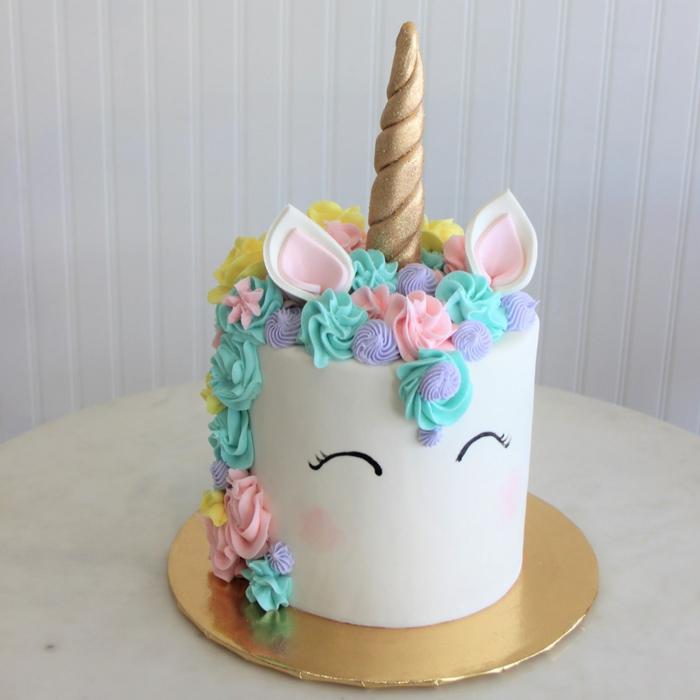 ideas sobre como preparar pastel unicornio fácil y rápido, tarta con glaseado blanco, decoracion de crema espesa