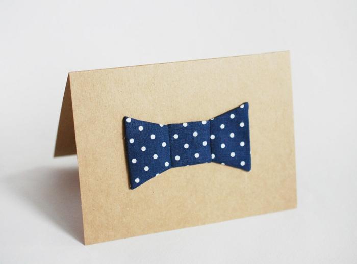 tarjeta con moño de tela, ideas de manualidades de tela y manualidades de cartulina, imagenes del dia del padre