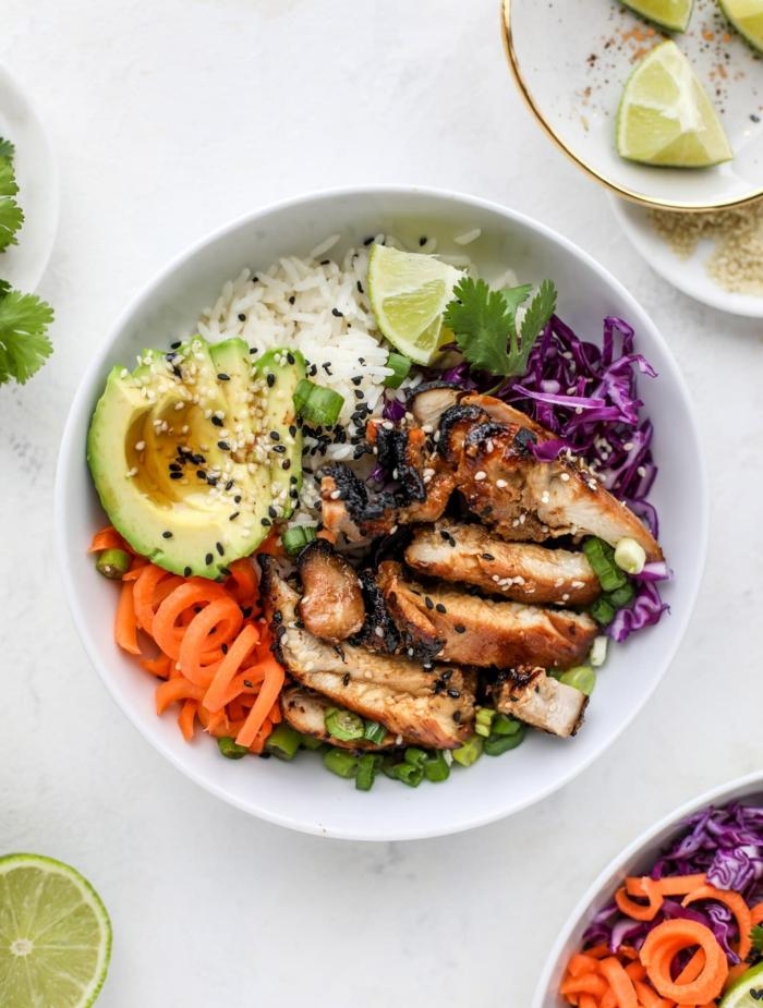 plato con arroz blanco, aguacate madura, zanahorias, pollo y col rojo, comidas frias y fáciles de preparar para almorzar