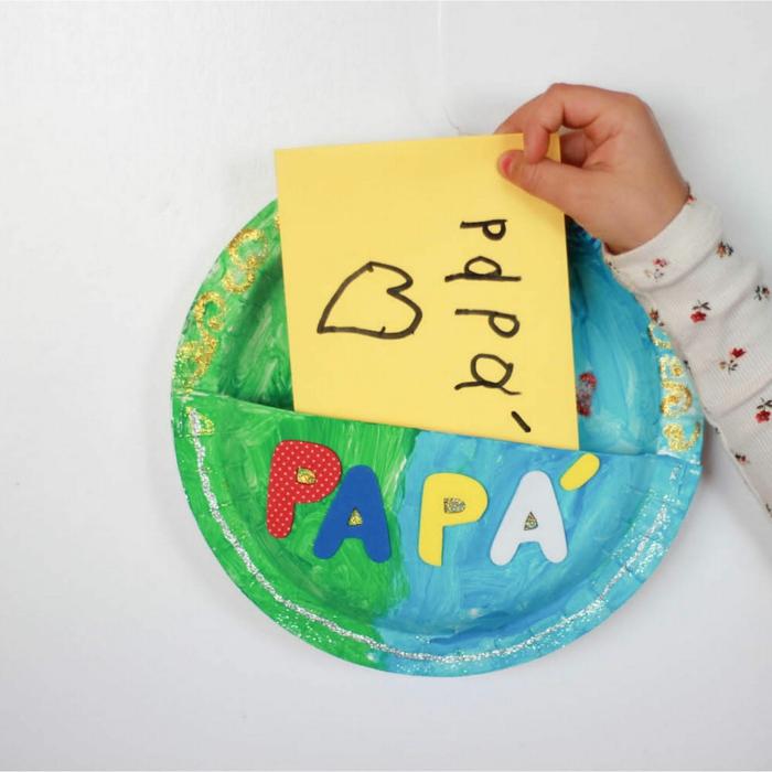 manualidades con reciclaje originales, como hacer una tarjeta DIY de un plato reciclado, tarjetas para el dia del padre