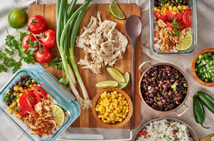 ideas de ingredientes para recetas tupper saludables, ensalada con pollo desmenuzado, judías negras, maiz, verduras