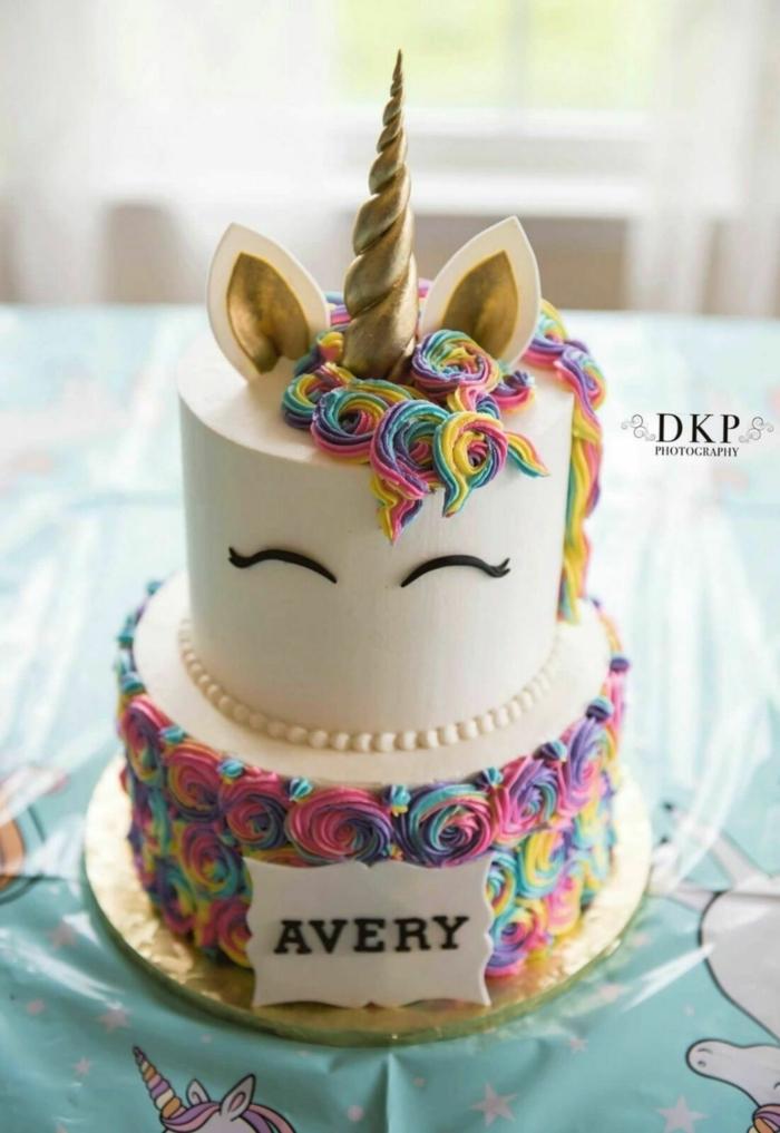 tartas caseras ricas y fáciles de hacer, tarta glaseado blanco con decoracion en colores pastel, tartas arco iris originales