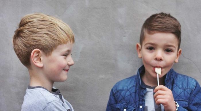 dos niños pequeños con cortes de pelo modernos, cortes de pelo corto en imagenes, ultimas tendencias en peinados y cortes