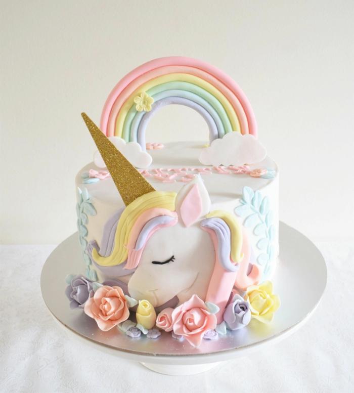 los mejores ejemplos de tartas para preparar en casa, fotos de tartas ricas y fáciles de hacer, tarta blanca con figuras de azucar