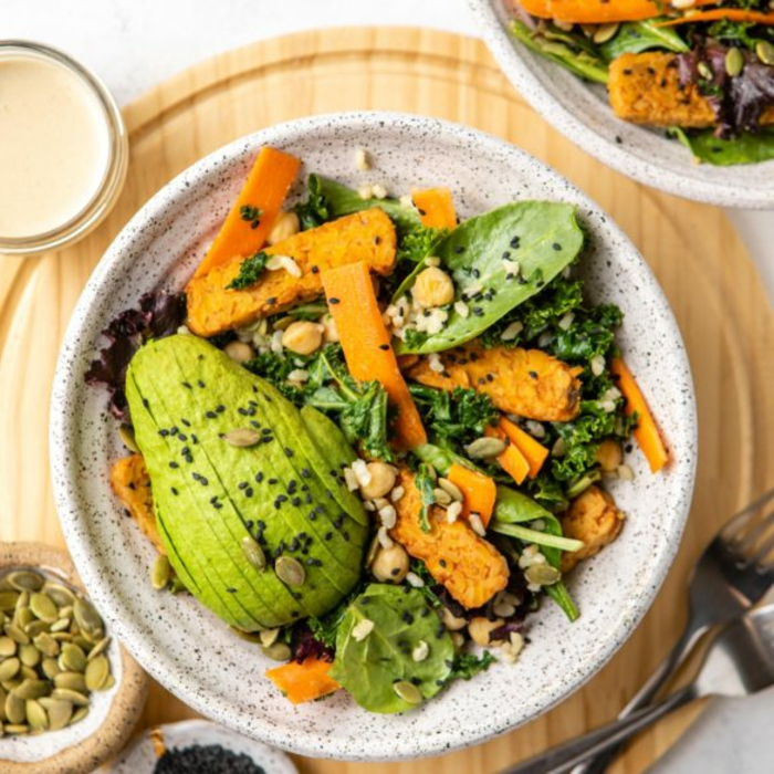 fotos con ideas de recetas faciles y economicas para todos los dias, plato con batatas, aguacate maduro y verdura