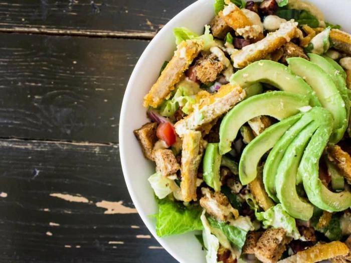 ensaladas ricas y fáciles de hacer para la oficina, recetas faciles y economicas para todos los dias, ensalada caeser con aguacate