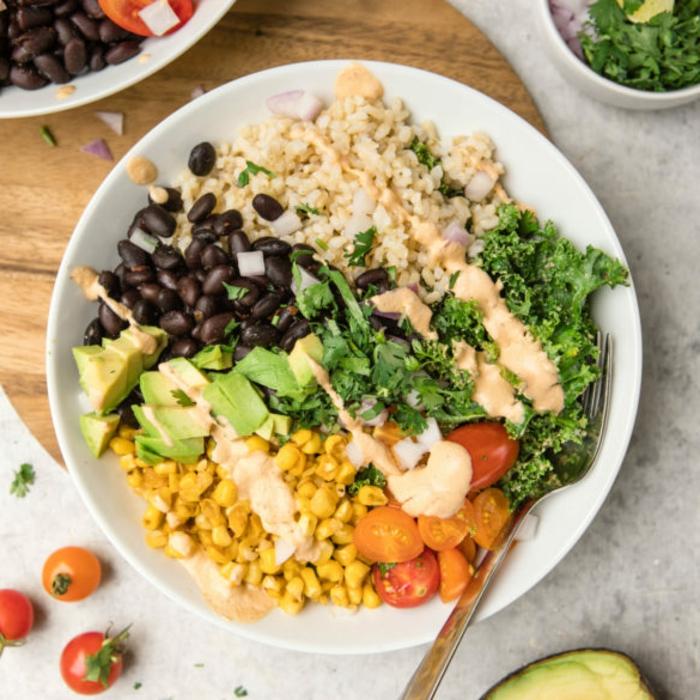 platos veganos nutritivos y ricos, judías negras con aguacate, maiz, arroz blanco y verduras, recetas faciles y economicas para todos los dias