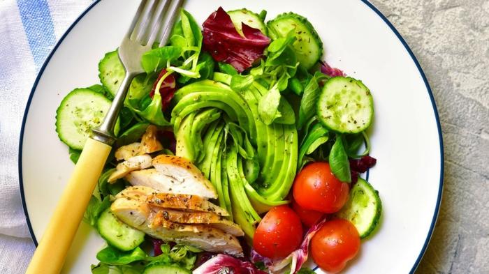 originales ideas de recetas faciles y economicas para todos los dias, qué comer hoy, ensalada con pollo y aguacate