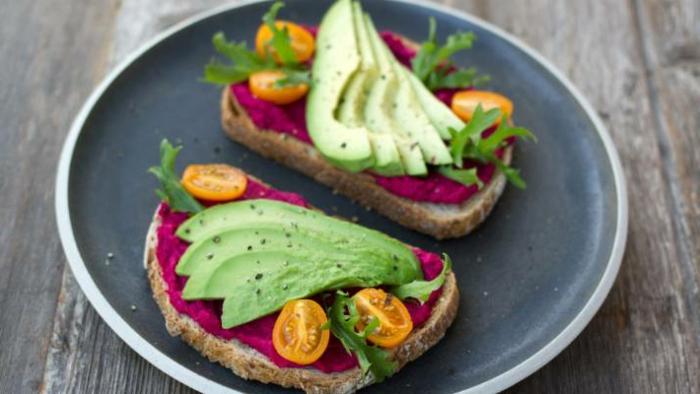 las mejores comidas para una dieta equilibrada, tostadas con aguacate, desayunos y almuerzos sanos para la oficina