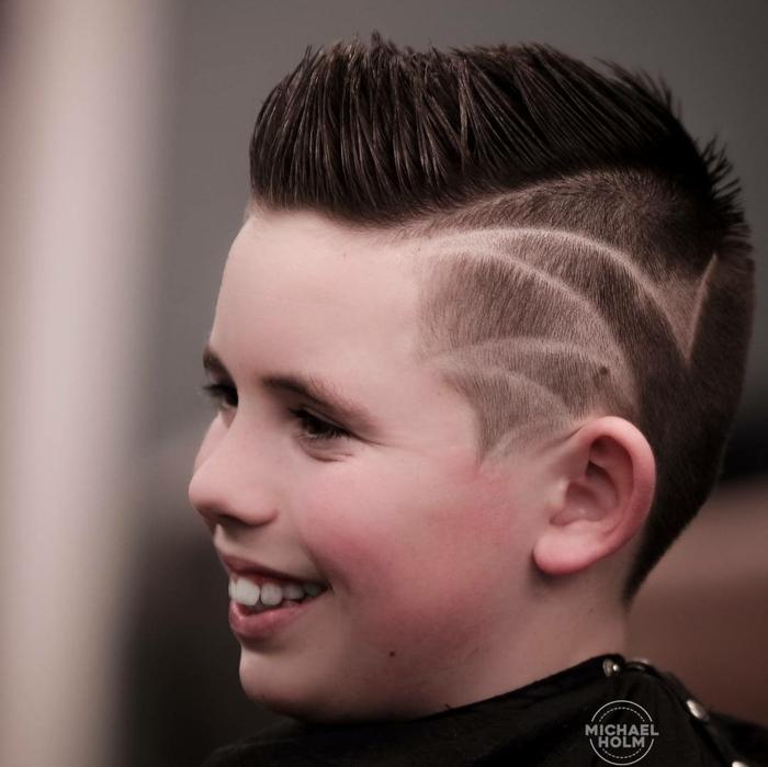 cortes de pelo corto con rayas, fotos de cortes de pelo con degradado y tupé, peinados y cortes de pelo texturizado