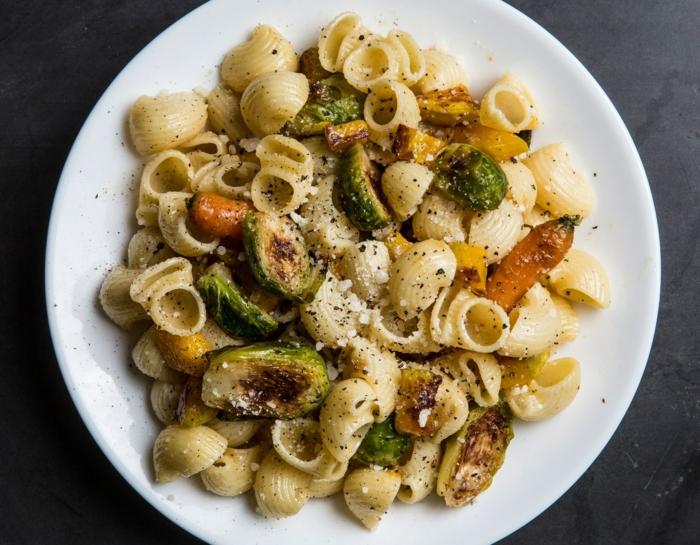 pasta saludable con col de bruselas y zanahorias, mejores comidas para preparar en casa, fotos de recetas sanas