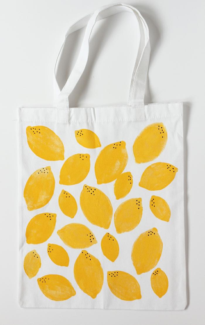 ideas para hacer bolsas reutilizables para frutas y verduras de reciclaje, bolso de tela blanca con estampados para el verano