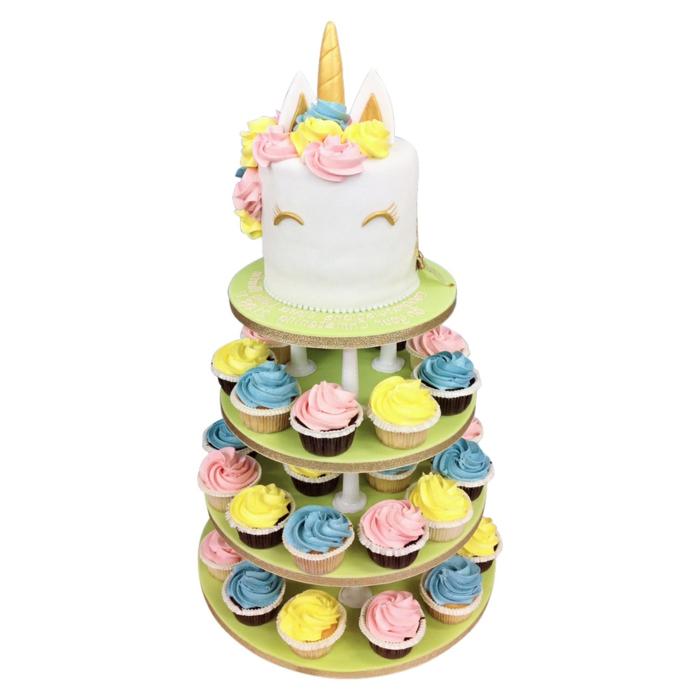 tarta blanca con decoracion colores pastel, magdalenas coloridas, ideas de tartas caseras fáciles y rápidas, fotos de tartas