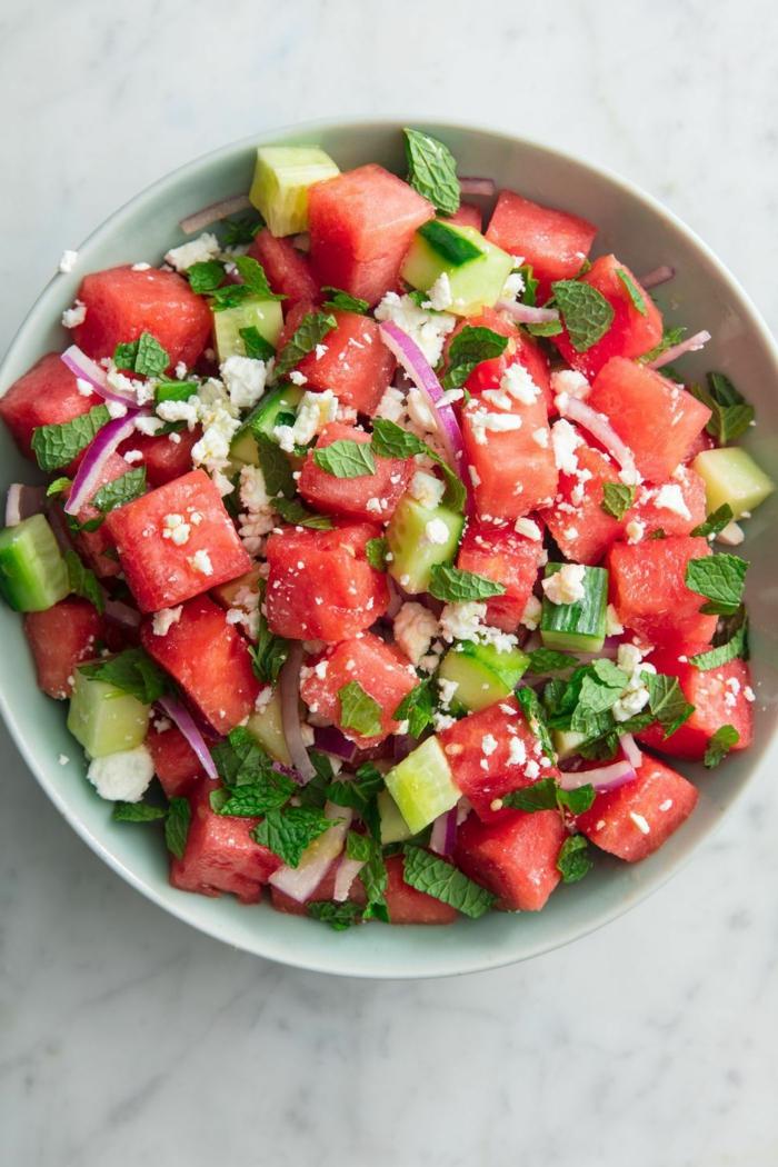 originales ideas de comidas sanas y fáciles de hacer, ensalada con sandía, pepinos y cebolla roja, mejores comidas