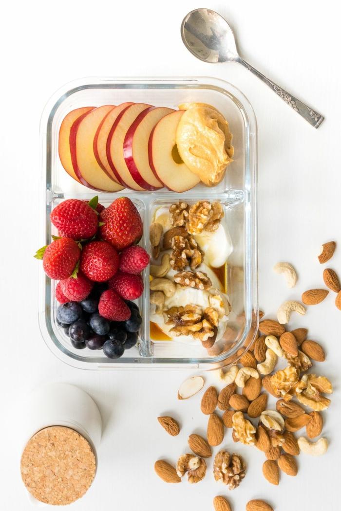 mejores comidas para meriendas sanas, frutas frescas con nueces, almendras, anacardos y manzanas con mantequilla de mani