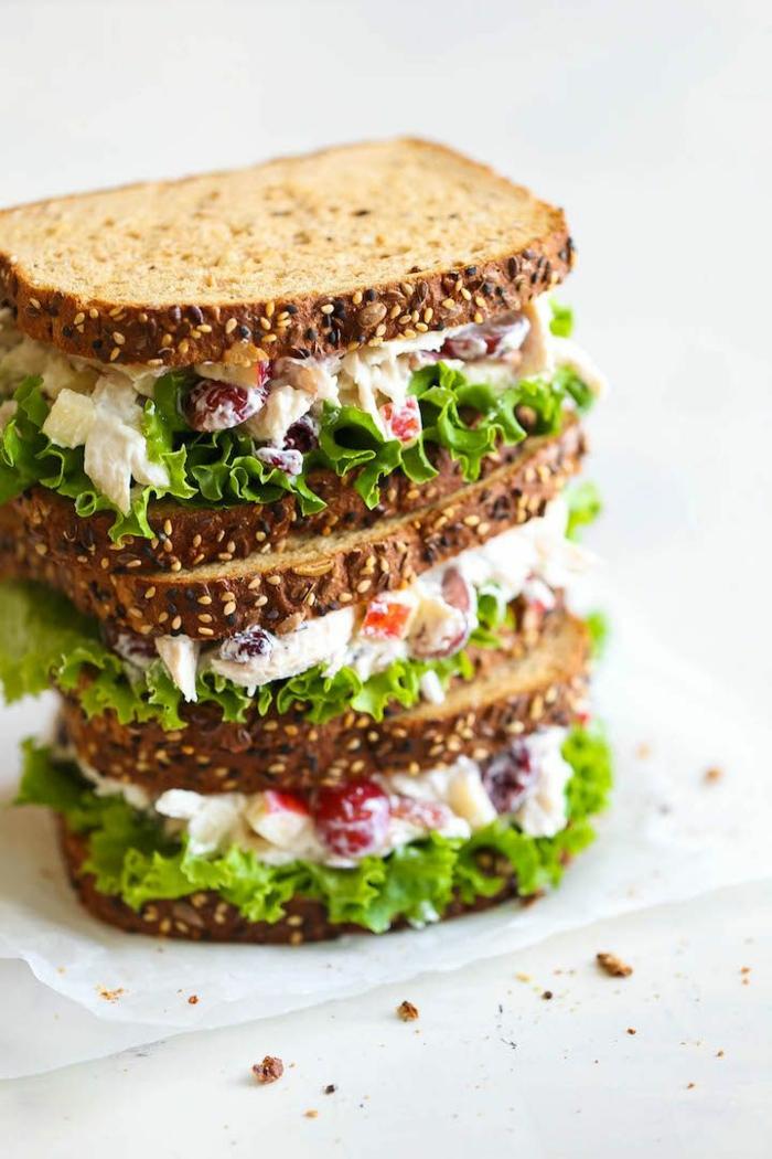 las mejores comidas y bocadillos para tu almuerzo en la oficina, tostadas con ensaladilla y lechuga, fotos de comidas saludables