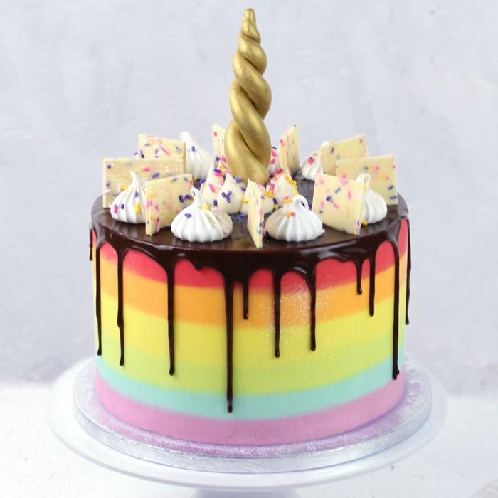 tarta de chocolate en los colores del arco iris, tartas decoradas colorante alimentario, tarta decorada con suspiros de azucar