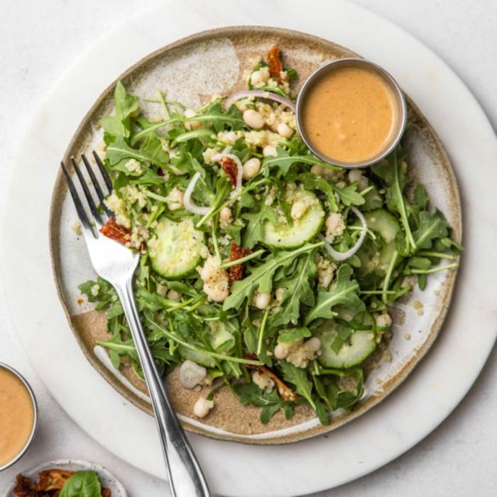 ensalada verde con pepinos, rúcola y aderezo, comidas frias para llevar al trabajo, comidas sanas y bajas en calorias