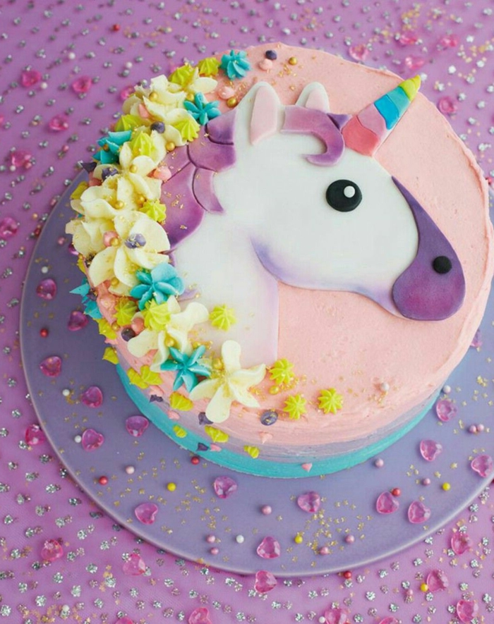 pasteles unicornio decorados de manera especial, tarta en colores pasteles adornada con detalles de crema espesa