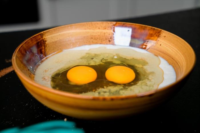 romper los huevos en los ingredientes secos, pasos para hacer magdalenas ricas y faciles de hacer, recetas paso a paso en fotos