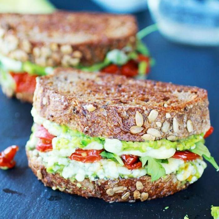 comidas caseras, bocadillos y ensaladas que son perfectas para tu almuerzo en la oficina, bocadillo de pan integral con aguacate