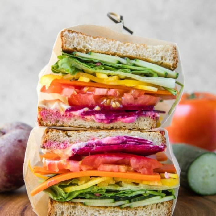 bocadillo vegano con muchas verduras, comidas caseras para llevar a la oficina, las mejores ideas de comidas frías